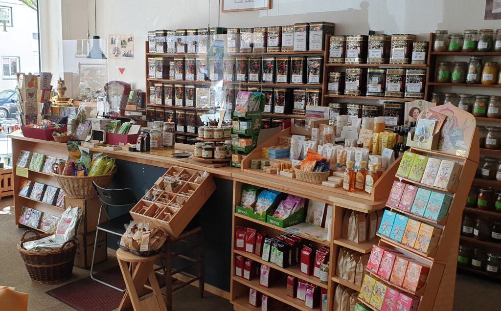Tee und Gewürzkontor Laden innen, im Vordergrund Theke mit verschiedenen Teesorten und im Hintergrund Gewürze